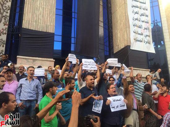 وقفة احتجاجية للصحفيين على سلالم النقابة احتجاجا على احتجاز يحيى قلاش (4)