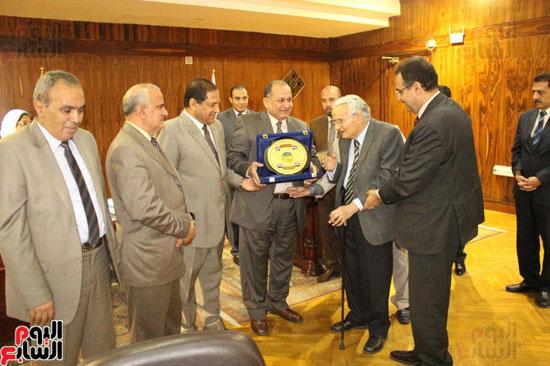 مجلس جامعة طنطا يكرم الحاصلين على جوائز الدولة العلمية (1)
