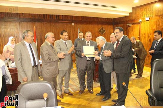 مجلس جامعة طنطا يكرم الحاصلين على جوائز الدولة العلمية (7)