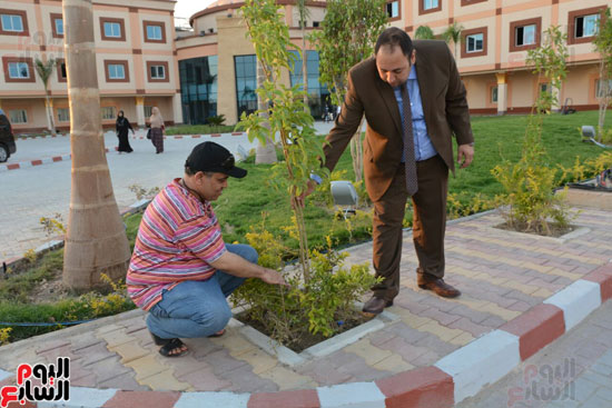 محافظ الأقصر يلتقى مدير الهلال الأحمر الإماراتى لتسلم معونات رمضان (1)