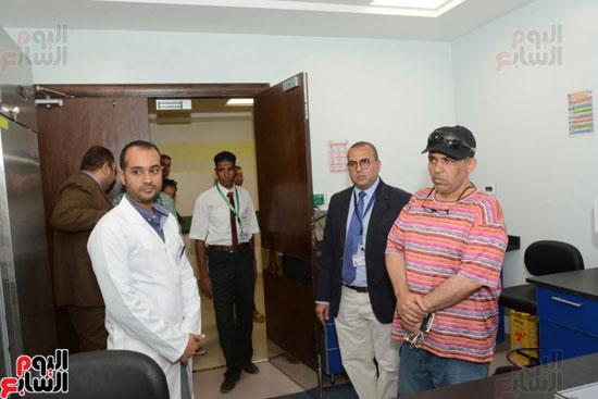 محافظ الأقصر يلتقى مدير الهلال الأحمر الإماراتى لتسلم معونات رمضان (3)
