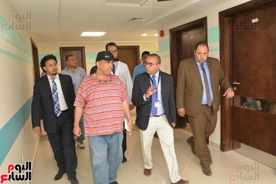 محافظ الأقصر يلتقى مدير الهلال الأحمر الإماراتى لتسلم معونات رمضان (5)