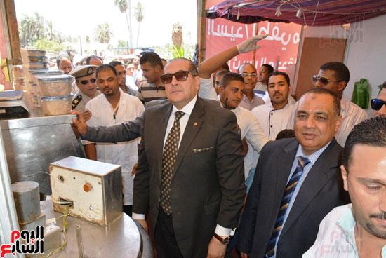 محافظ سوهاج يفتتح معرض أهلا رمضان للمواد الغذائية واللحوم (3)