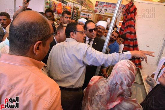 محافظ سوهاج يفتتح معرض أهلا رمضان للمواد الغذائية واللحوم (5)