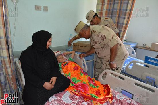 محافظة سوهاج توزع 600 كرتونة مواد غذائية على المرضى بالمحافظة (2)