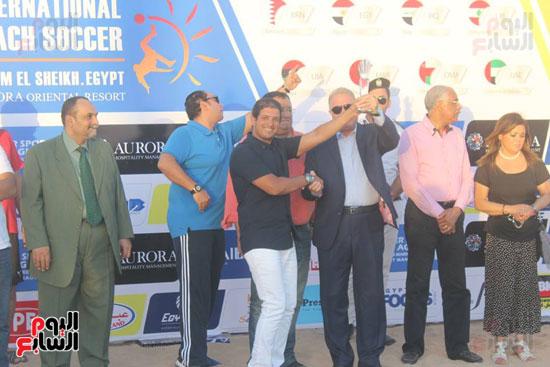 خالد فودة محافظ جنوب سيناء يسلم كأس البطولة (1)