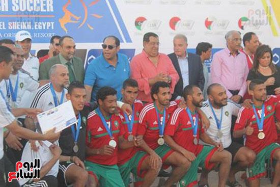خالد فودة محافظ جنوب سيناء يسلم كأس البطولة (2)