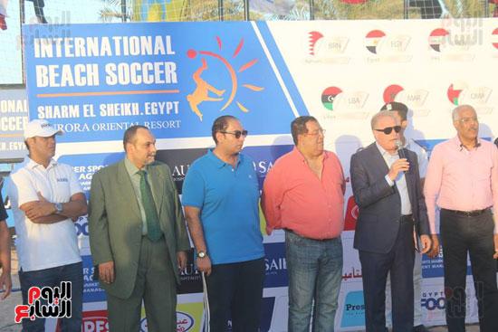خالد فودة محافظ جنوب سيناء يسلم كأس البطولة (3)