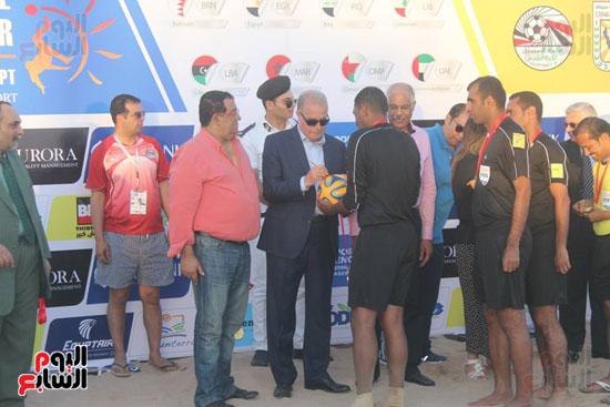 خالد فودة محافظ جنوب سيناء يسلم كأس البطولة (4)