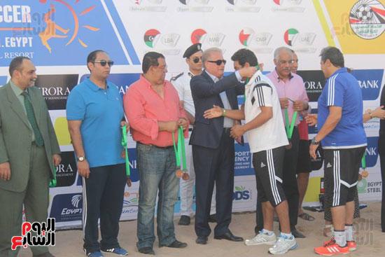 خالد فودة محافظ جنوب سيناء يسلم كأس البطولة (5)