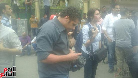 مجهولون يعتدون على طاقم قناة فرانس 24 أمام الصحفيين  (3)