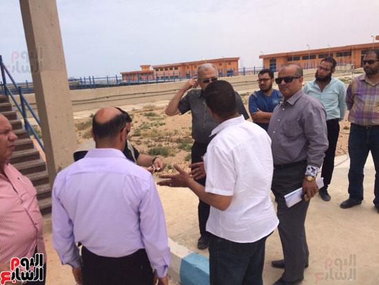 وفد وزارة الإسكان ورئيس مياه مطروح يتفقدان العمل بمواقع الشركة (1)