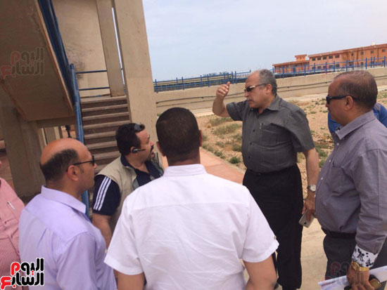 وفد وزارة الإسكان ورئيس مياه مطروح يتفقدان العمل بمواقع الشركة (2)