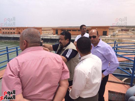 وفد وزارة الإسكان ورئيس مياه مطروح يتفقدان العمل بمواقع الشركة (3)