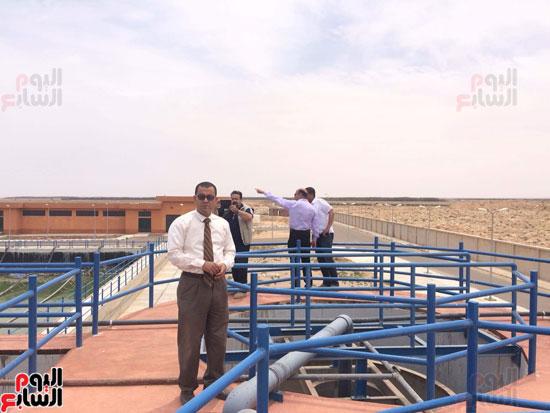 وفد وزارة الإسكان ورئيس مياه مطروح يتفقدان العمل بمواقع الشركة (4)