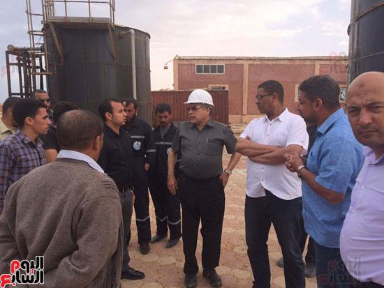 وفد وزارة الإسكان ورئيس مياه مطروح يتفقدان العمل بمواقع الشركة (10)
