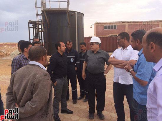 وفد وزارة الإسكان ورئيس مياه مطروح يتفقدان العمل بمواقع الشركة (12)