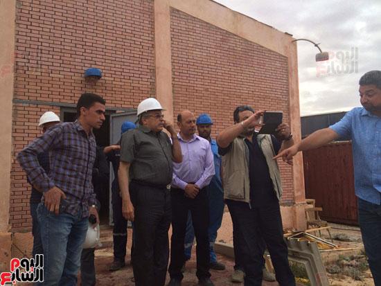 وفد وزارة الإسكان ورئيس مياه مطروح يتفقدان العمل بمواقع الشركة (13)