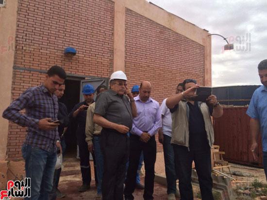 وفد وزارة الإسكان ورئيس مياه مطروح يتفقدان العمل بمواقع الشركة (14)