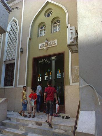 بالصور.. إمام بالدقهلية يحفظ أطفالا القرآن بالشارع منعه دخول المسجد