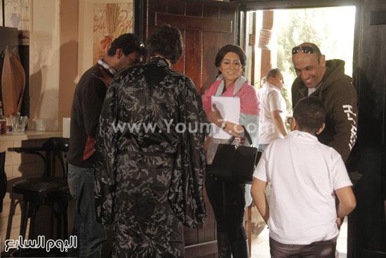 الفنان محمد حسنى مع الفنانة وفاء عامر والمخرج محمد حمدى أثناء تصوير شطرنج -اليوم السابع -6 -2015