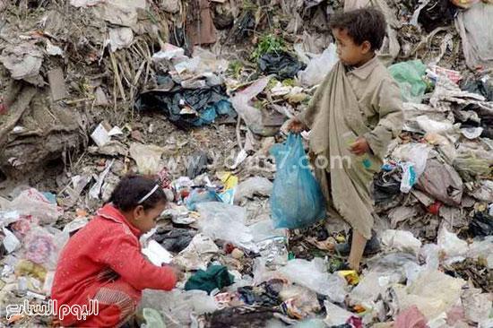 أطفال العشوائيات يعبثون فى القمامة -اليوم السابع -6 -2015
