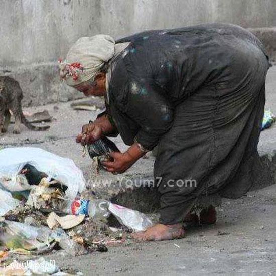 سيدة تلتقط طعامها من القمامة -اليوم السابع -6 -2015