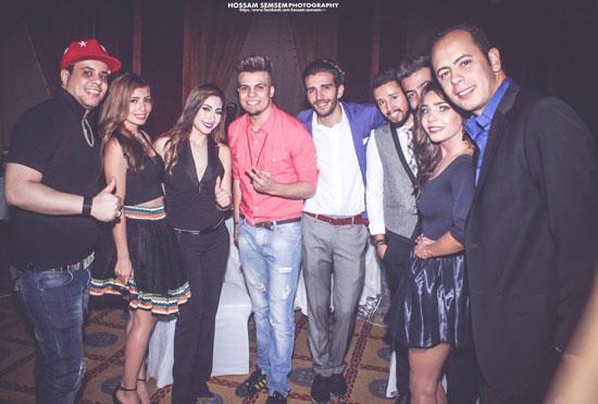المطربة الشعبية بوسى وغاندى والجنتل مع بعض الأصدقاء خلال الحفل -اليوم السابع -6 -2015