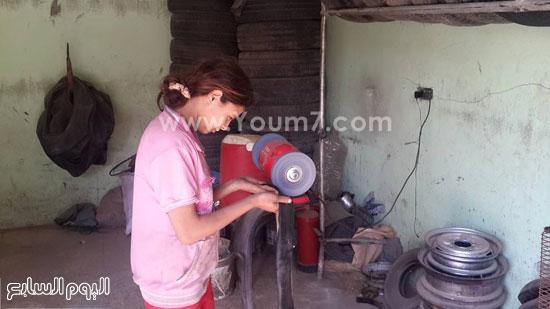 الطفلة دينا داخل الورشة  -اليوم السابع -6 -2015