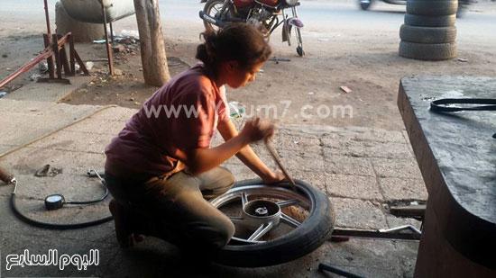 الطفلة تقوم بتصليح الكاوتش  -اليوم السابع -6 -2015
