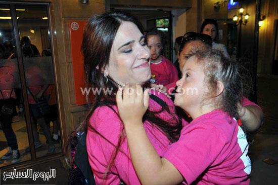 ميرنا وليد ومع طفلة من ذوى الاحتياجات الخاصة -اليوم السابع -6 -2015