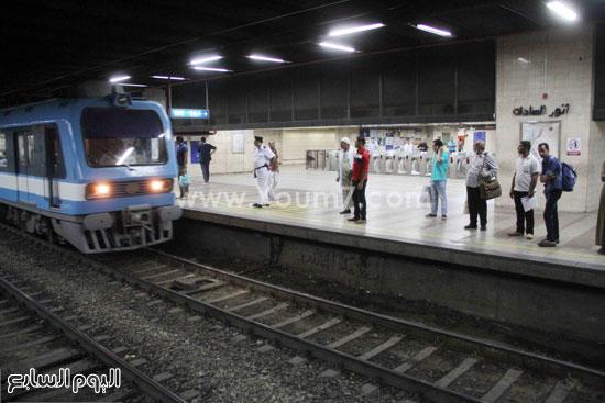 قطار المترو يتوقف لنقل الركاب من المحطة -اليوم السابع -6 -2015