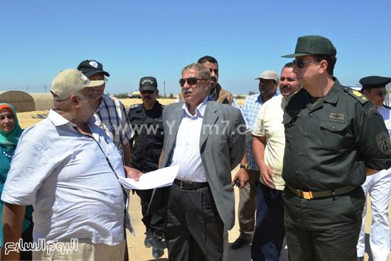 محافظ الاسماعيلية اثناء زيارته لقرية الامل -اليوم السابع -6 -2015