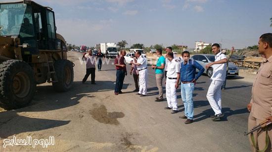 رجال الامن على طريق بورسعيد الإسماعيلية الصورة -اليوم السابع -6 -2015