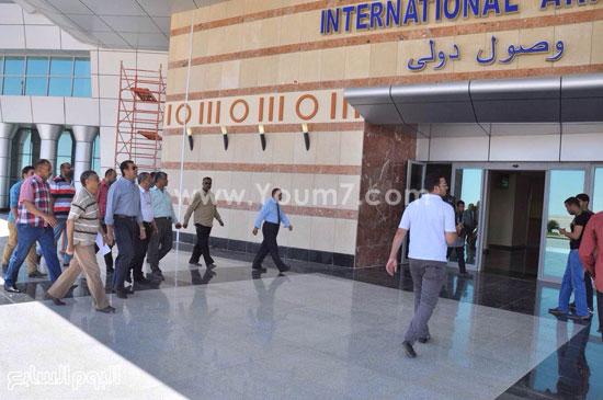 محافظ أسيوط أثناء وصوله المطار  -اليوم السابع -6 -2015