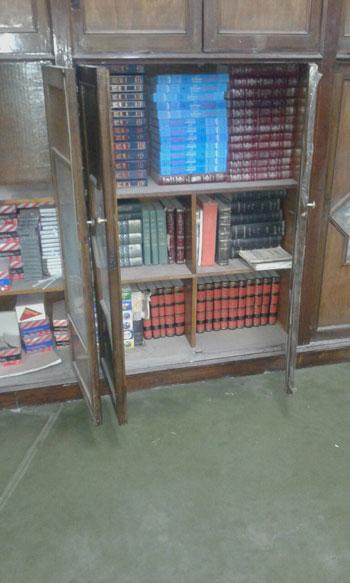مكتبة المسجد وبها مجموعة من الكتب -اليوم السابع -6 -2015