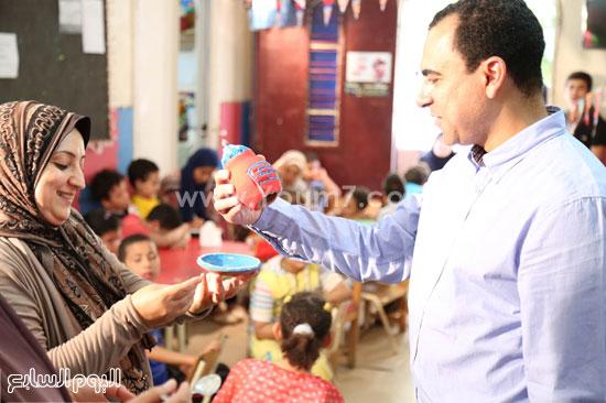 مدير جمعية كيان يشاهد الفخار الذى قام بتلوينه الأطفال المعاقين  -اليوم السابع -6 -2015