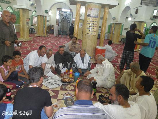 جانب من لمة المصلين داخل مسجد حى الامل قبل انطلاق مدفع الافطار -اليوم السابع -6 -2015