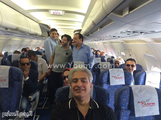 وائل الإبراشى وعدد من المغادرين على متن الطائرة -اليوم السابع -6 -2015