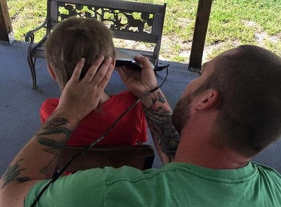 والد كريستيان يقص له شعره بعد أن أكمل مهمته -اليوم السابع -6 -2015
