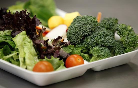 1تناول الخضراوات الطازجة غير المطهية فى بداية وجبة الإفطار -اليوم السابع -6 -2015