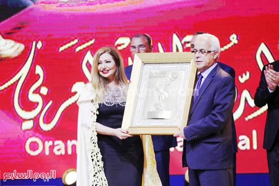 الفنانة ليلى علوى لحظة تكريمها مع وزير الاتصال الجزائرى  -اليوم السابع -6 -2015