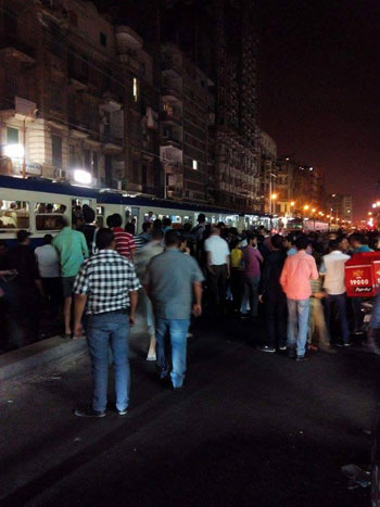 تجمهر المواطنين حول القطار  -اليوم السابع -6 -2015