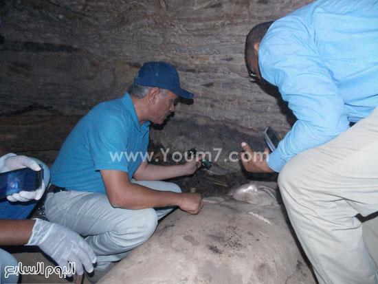 مدير آثار أسوان أثناء العثور على الكشف الأثرى -اليوم السابع -6 -2015
