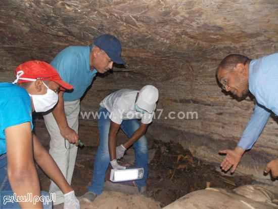أثناء فحص الكشف الأثرى بمنطقة غرب أسوان -اليوم السابع -6 -2015