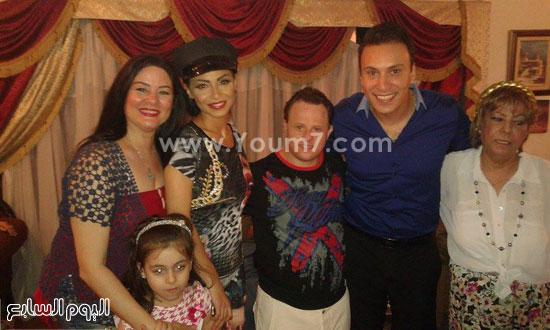 الفنانتان دوللى شاهين وعلا رامى مع أسرة المذيع محمد السماحى -اليوم السابع -6 -2015