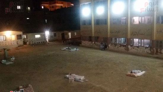 مراقبو الثانوية فى أسيوط يفترشون الأرض هربا من سوء الاستراحات  (2)