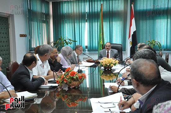 اجتماع محافظ القليوبية والمسئولين التنفيذيين ومسئولى الاستثمار (2)