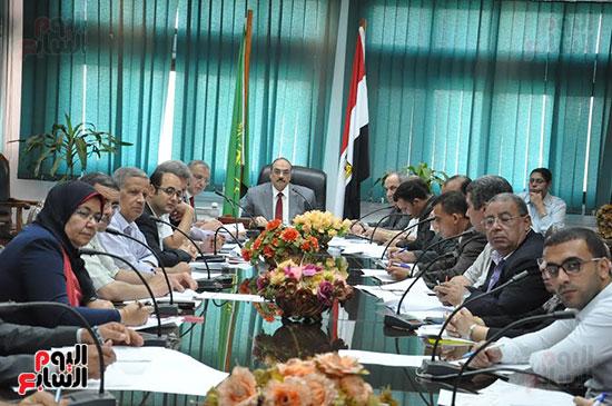 اجتماع محافظ القليوبية والمسئولين التنفيذيين ومسئولى الاستثمار (3)