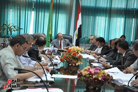 اجتماع محافظ القليوبية والمسئولين التنفيذيين ومسئولى الاستثمار (4)